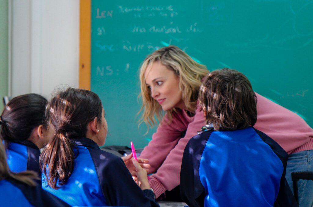 Foto de una profe Marista con sus alumnos